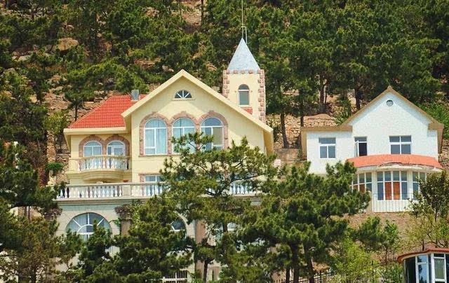 城堡,别墅,洋房,回廊.一水儿的欧式建筑,让人很难想象这里是个渔村