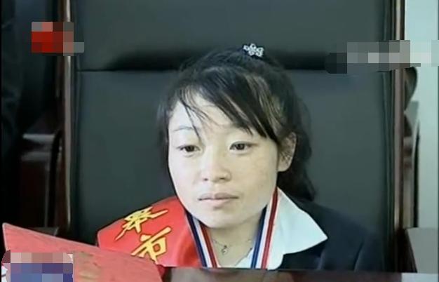 如皋商务信息网讯 在如皋有一位袖珍女孩叫杨海霞,日前她代表中国参加了第九届国际残疾人职业技能竞赛钩针编织项目的角逐,摘得银牌,她说:虽然我无法选择命运,但我可以选择面对命运的态度。   杨海霞今年34岁,出生于如皋城北街道镇南社区的一个普通家庭,其三岁时,突发高烧被送医治疗,最终被诊断患有小儿麻痹症。由于当时医疗水平有限,使得她的身高永远定格在96厘米。杨海霞表示,其父亲常年在外打工,母亲勤俭持家,全家人的生活来源就靠父亲微薄的收入,但是他们从来没有因为别人的闲言碎语而放弃她。   杨海霞为了自