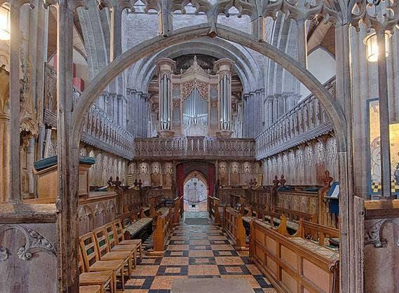 这个教堂最特别的地方是在于教堂里的天花板