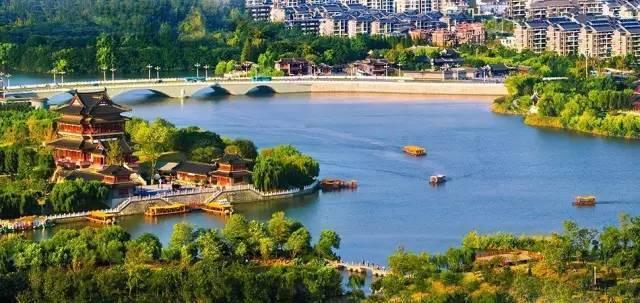 【凤城河景区】 船游凤城河、依傍凤城河,以水为脉,以人为魂,集中而又完整地体现全国不多见的一种都市水韵,彰显了泰州悠久的历史文脉。望海楼位于泰州古城东南角拐弯处,东临城河,西近文昌阁。望海楼是泰州有名的古迹,迄今已有780年的历史。始建于宋,初名海阳楼,本为府学旁的一个附属建筑,是地方官张宴延科士的处所。