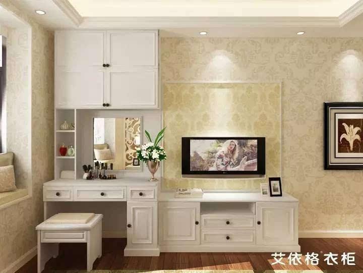 电视柜和梳妆台组合起来,既节省空间又有连贯性,白色大衣柜侧立在旁边