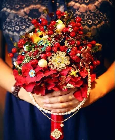折扇与大红鲜花的组合,将中式韵味进行完美结合.图片