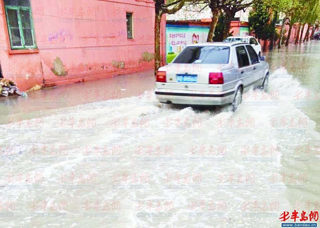 春雨致排水管道堵塞 胶州市云溪新村小区被淹