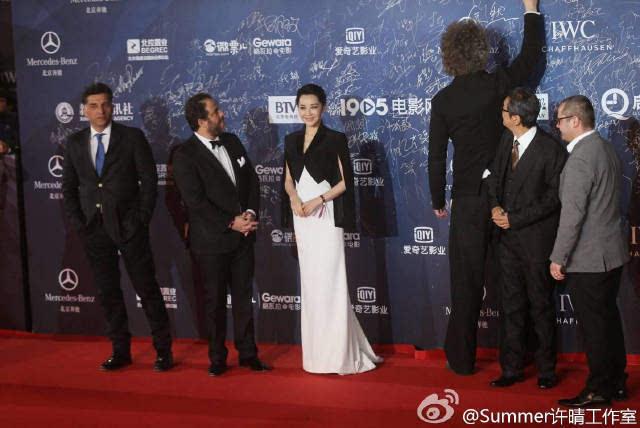 许晴身高_许晴官方身高168cm,白色长裙陪黑色小香肩,一个字:高!
