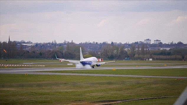 【环球网综合报道】据英国《每日邮报》4月14日报道,4月12日,一架罗马尼亚蓝色航空波音737飞机从罗马尼亚首都布加勒斯特飞抵英国伯明翰机场时发生飞机后轮起火事件。起火瞬间,飞机后部便被浓重的烟雾吞没。日前,这段视频被上传至YouTube视频分享网站。