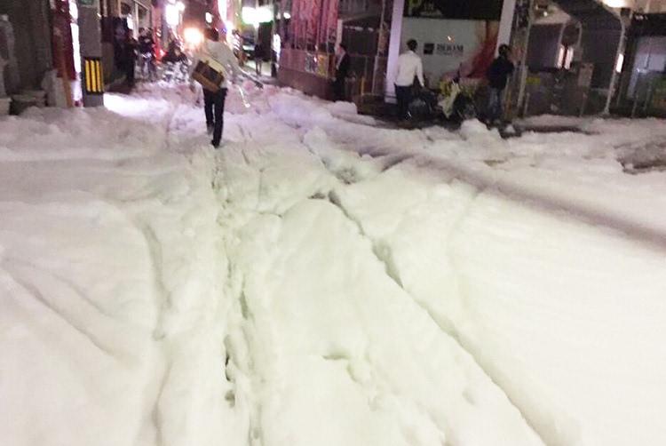 日本福冈地震后街道上出现大面积泡沫