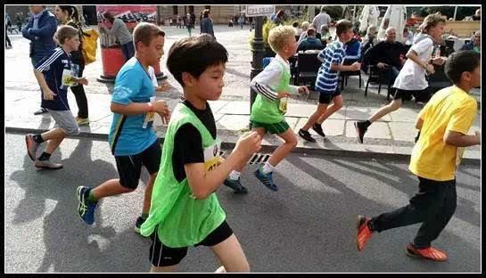 赛事设计以家庭迷你马拉松3-5公里为主,为了给每个家庭能创造更好的运动体验,培养健康的生活习惯,希望更多的家庭在繁忙的都市生活里,凝聚在一起,一同享受到这一和谐、健康、快乐的运动盛事,一起传递健康生活理念。 同时,通过袋鼠先生公益亲子跑,号召更多热衷公益事业的群体,一起携手关爱儿童,帮助特殊儿童及其家庭,让更多的爱心能触及到他们。