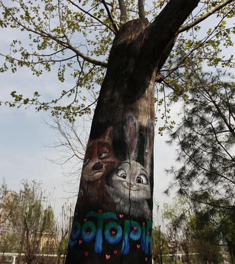 艺术主角既有《疯狂动物城》中的男女主人公兔朱迪和狐尼克,闪电树懒