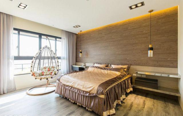 深浅木纹交织的简约线条,搭配整合梳妆机能规划的床边桌,围塑温润纯粹