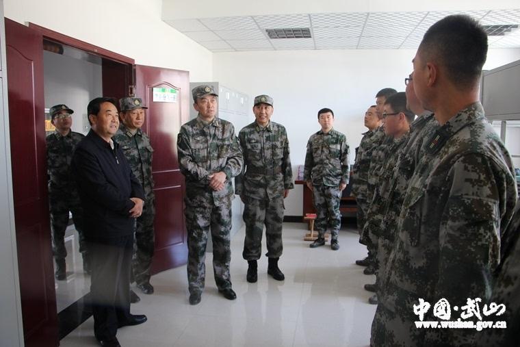 甘肃省军区检查武山县武装工作(组图)