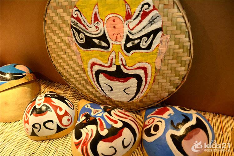 刻画,龙江路小学的孩子们还在葫芦瓢,筲箕和抱枕等物件上绘制川剧脸谱