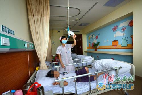 温馨舒适的儿科病房,墙面描绘了各种卡通图案