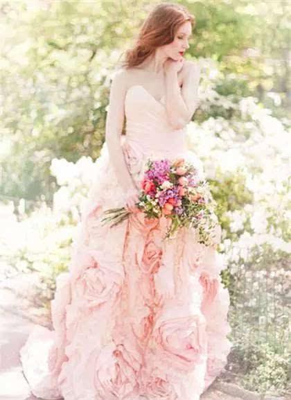 双鱼座女生:淡雅风格的婚纱   水瓶座女生:唯美的婚纱礼服