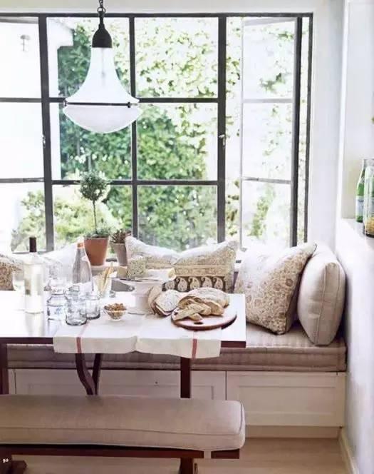 卡座式飘窗台+圆桌+水晶吊灯+鲜花