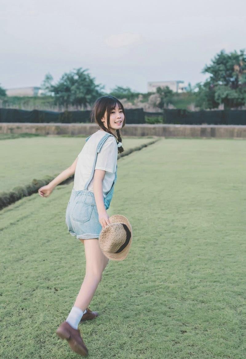 可爱少女户外背带裤长腿迷人写真