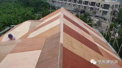 屋顶位置,钢结构承重框架的外侧,铺设木质结构胶合板,后续将进行