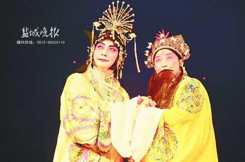 1994年,梅葆玖(左)和梅葆玥在盐演出剧照.