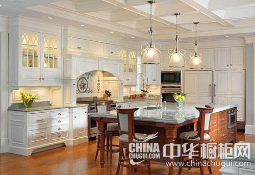 岛型橱柜 这张欧式风格厨房设计效果图中,整个厨房以白色为主调,搭配