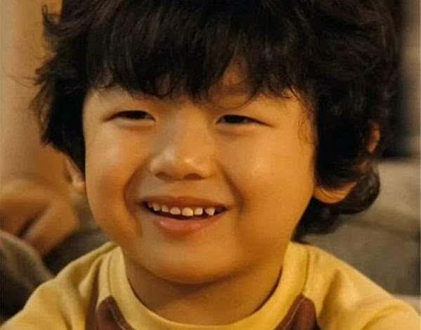 相信大家都有在网路上看过这位可爱的小弟弟,搞笑的表情时常被做成梗图,但你知道他是谁吗? 他是2003年6月出生的韩国童星王锡玄。 2008年时因主演喜剧电影《非常主播》出道,饰演车太贤的外孙,电影推出后大受欢迎连续蝉联4周票房冠军,王锡玄也一炮而红。