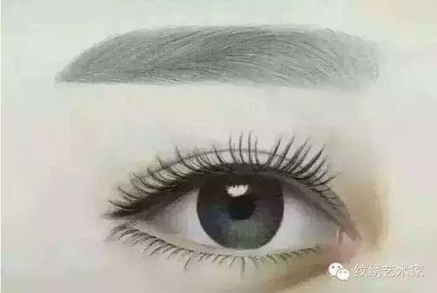 雾状眉和普通纹眉有什么不一样? 方法上 纹眉是把针垂直刺在皮肤上痛感较强,每次刺入的针数量有限,使上色时间长; 雾状眉(韩式半永久定妆眉)虽说同样用针把色料刷到眉毛上,但使用的针是不一样的,雾状眉(韩式半永久定妆眉)使用纯植物色料,做雾状眉时无痛感。 工具和材料 纹眉是以单针或三针,加电动工具的辅助,逐针把色素纹在皮肤上; 雾状眉(韩式半永久定妆眉)是以排针,采用美国FDA认证色料,需要使用德国进口仪器配合操作,具有安全感,容易上色。 效果上 纹眉的效果是颜色单一,死板,纹眉将针刺入皮肤深层,