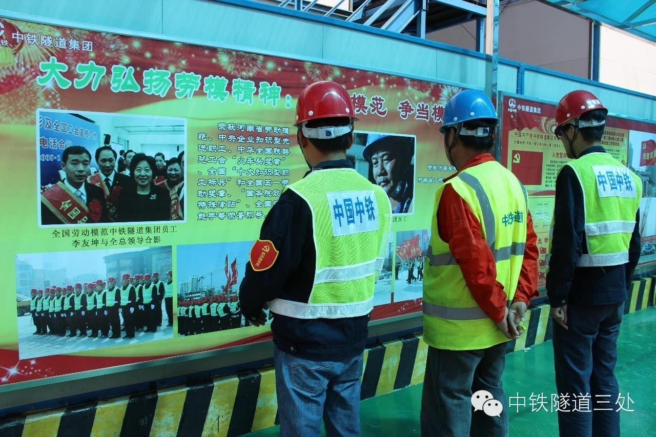 其它 正文  项目文化走廊长40米,宽4米,左右各有12块鲜明展板.