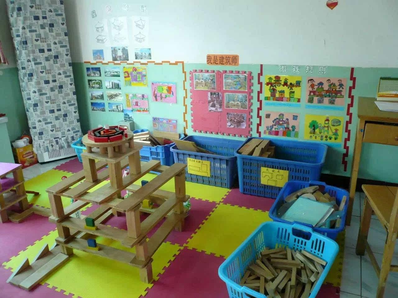 从积木游戏的创作心理看,幼儿乐于建构的是自己记忆清晰的形象或者是已有的比较生动的表象经验。如果幼儿建构缺少新内容、缺乏创造性,幼儿积木游戏的兴趣就会逐渐消退,其主要原因还是缺少丰富的表象经验。教师如何帮助幼儿积累丰富的表象,这成了激发幼儿积木游戏兴趣的关键。 操作指导。 三、操作指导,能帮助幼儿提升经验。
