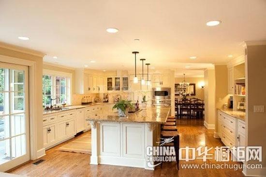 欧式风格厨房装修   其实欧式风格的定义比较广,它不仅包括了传统的欧式风格,还有北欧、简欧以及小清新田园等风格。   北欧风格强调装饰简单,充满现代线条的都市风格和大自然相搭配,结构与舒适功能完美的结合。一般以白色、浅木色为主的简约舒适感~~   简欧风格顾名思义,就是简化了的欧式风格。用简单的线条代替复杂的雕花,采用了更加清新明快的颜色,既保留了古典欧式的典雅又更加适应现代生活的休闲与舒适,更贴近生活。   欧式田园风格橱柜强调线条流动的变化,色彩以白色、象牙白等浅色为主,以浪漫主义为基础,纯合柔