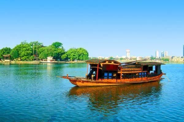 """红船者,嘉兴南湖上一普通小船,为当年中共""""一大""""会场.图片"""