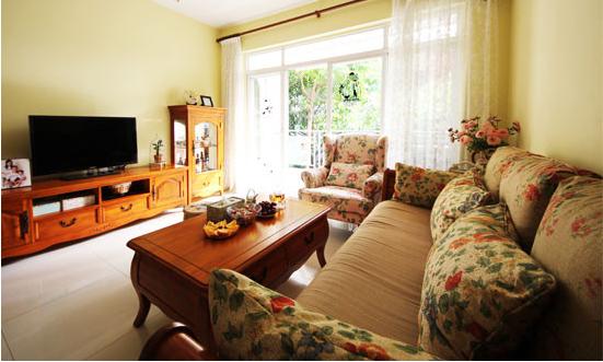 装饰亮点:绿色并不是表达春意的惟一色彩。鲜艳的色彩和绚烂的花朵也同样可以渲染出浓浓春意。小叶花朵图案的布艺沙发,搭配原木色的实木家具与暖黄色壁纸,创造了春天的灵动与生机,让你感受与大自然的亲密接触。