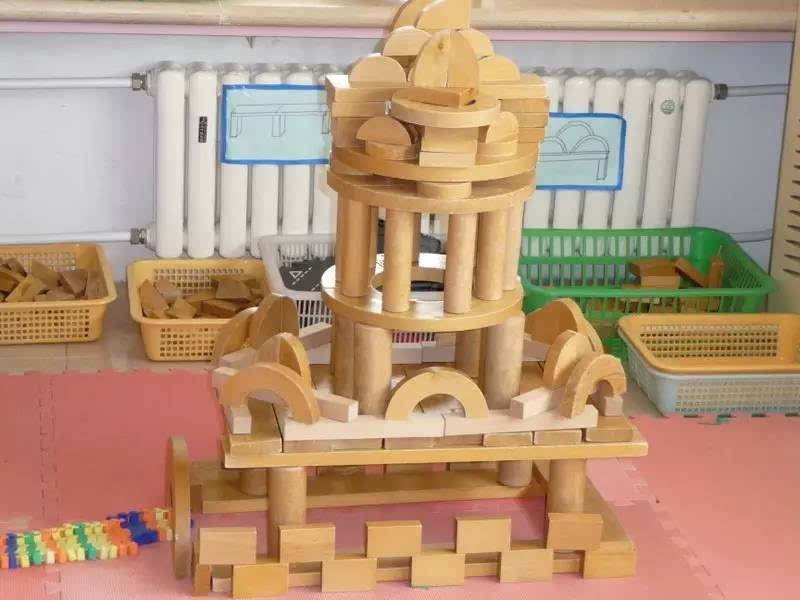 而进入大班的幼儿已初步具备了玩积木游戏的认知能力.