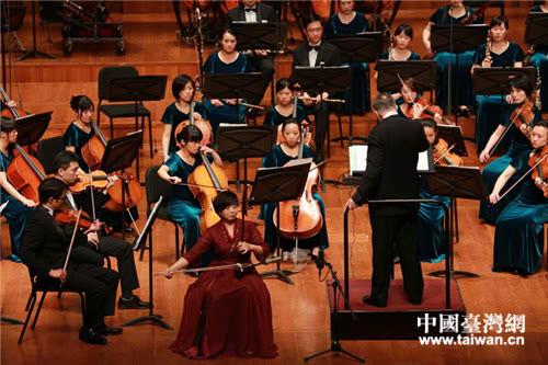 大陆二胡演奏家李梅与乐团再次合作演奏二胡版协奏曲《梁祝》,受到图片