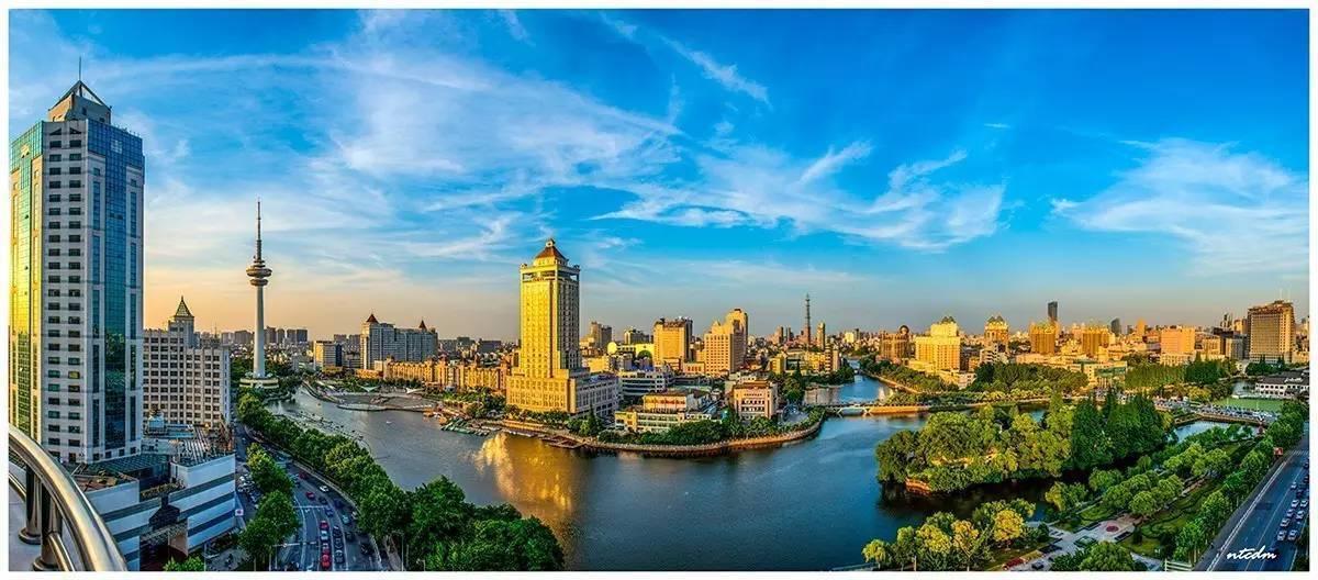 酒店位于狼山风景区,且毗邻长江,准确的说南通市崇川区跃龙南路508号