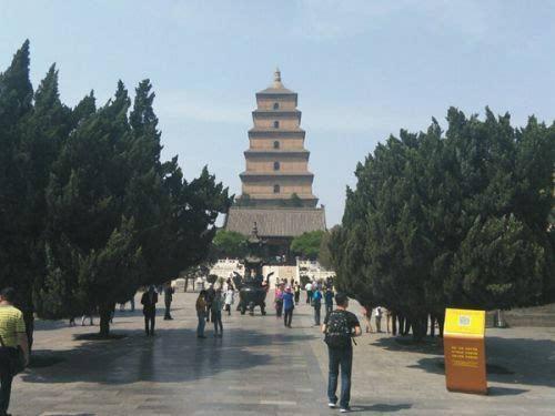 4月29日,西安天气晴热,游客在大雁塔景区游览.(来源:微博)