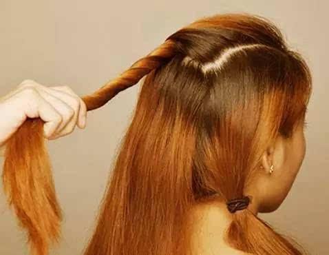 步骤一:将头发分成三等分,右边的一层扎成一根马尾.