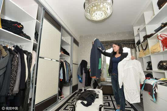 90后美女当衣柜整理师 月收入达近万元
