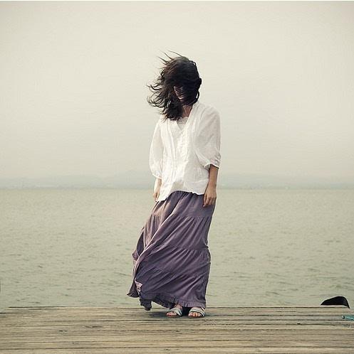 你是孤独患者 治愈系女生背影小清新图片图片