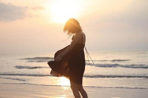孤独女生背影带字图片