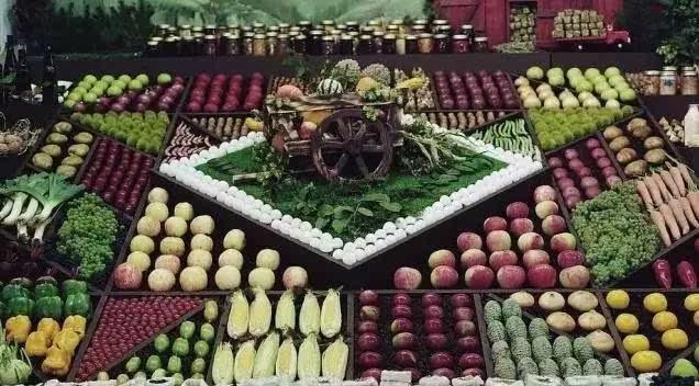 叶菜类要随时喷水加湿,并避免在通风口陈列,防止蔬菜失水,萎缩图片