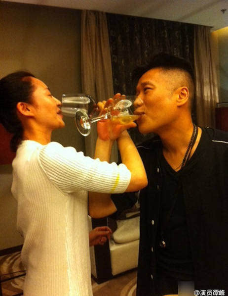 明星聚会玩high了:许晴与同学喝交杯酒图片