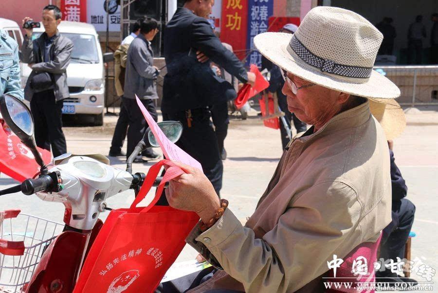 """甘谷组织开展""""法律进乡村法治赶会""""宣传活动(图)"""