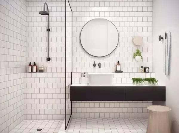 担心地面水流的问题,和浴帘一样: 1、做地面坡度、水流向地漏; 2、安装防水条,把水暂时困在里面; 解决了隔水的问题,半隔断玻璃墙的优势就更明显了:相比于其他隔断,它让你的视野更加通透、而且洗澡不闷,尤其适合小卫生间。 完全分离法
