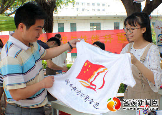 """赣州大学生""""五四""""手绘文化衫传递""""中国梦""""(图)"""