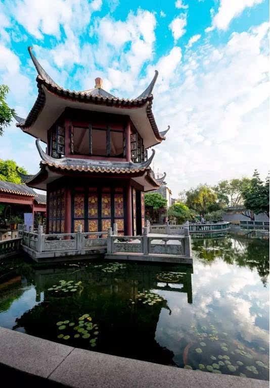 镬耳山墙和西关大屋,还可以领略到典型的巴洛克欧式拱门,叠式喷泉池和