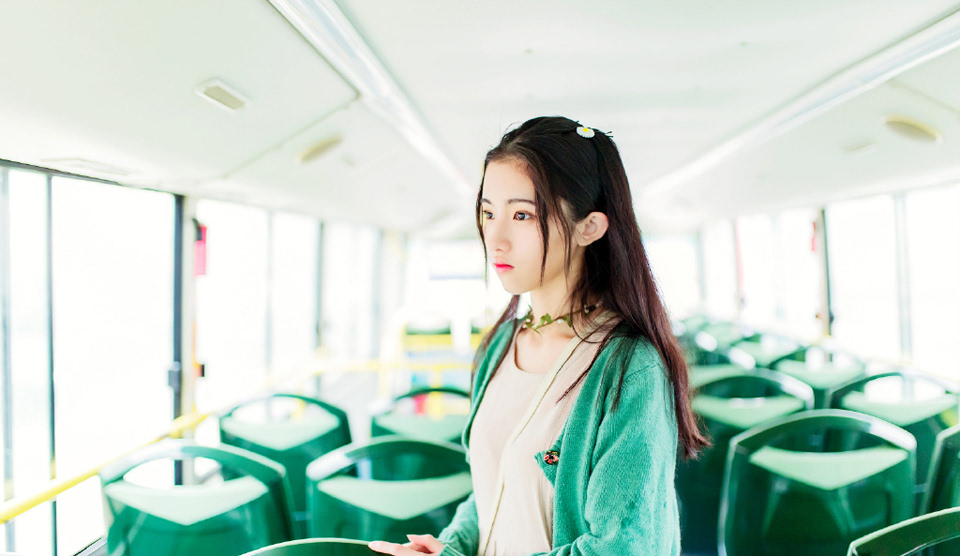 清纯绿衣少女公车旅拍清新可人