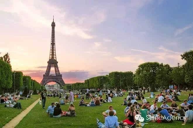 lecouvreur, 75007 paris    埃菲尔铁塔前的战神广场,是巴黎最古老