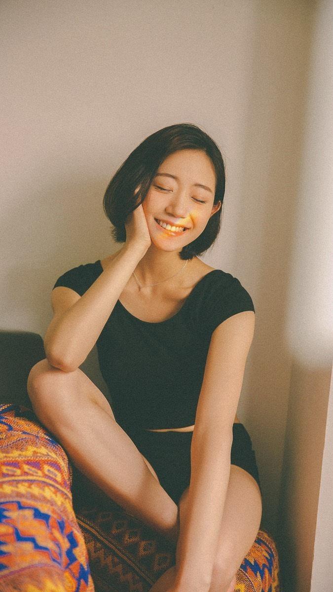 笑容甜美的短发素颜美女
