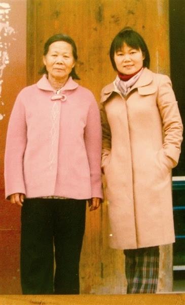 (左三)抱小孩者为彭匈母亲