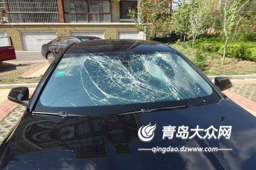 宝马车前挡风玻璃被两名嫌疑人踹碎.