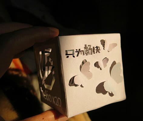 小编在微博闲逛看到一位360妹纸为发布会牵手制作的剪纸~爱这款手机的