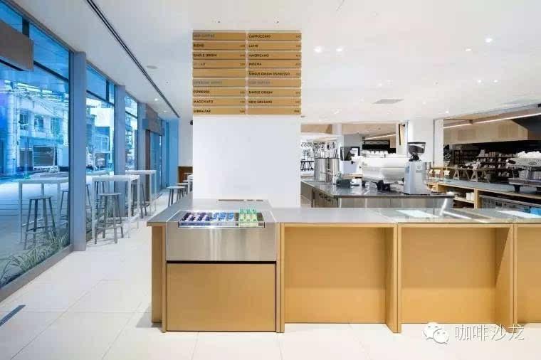 白色的室内颜色和木材,不锈钢组合的咖啡吧台就让顾客更容易集中咖啡
